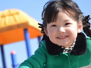 親権を取った母親と楽しく遊ぶ笑顔の子供