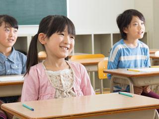 教室で授業を受ける女の子