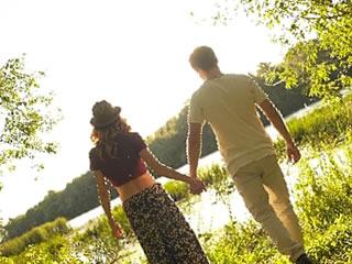 互いに呼び合いながら森を歩く夫婦