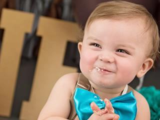 夫婦円満な家庭に生まれた幸せそうにケーキを食べる子供