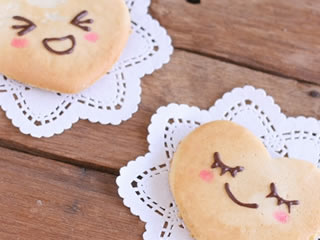 愛情あふれる家庭を表すクッキーの表情