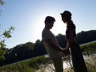 旦那の愛情に負けて結婚を受けるまんざらでもない女性