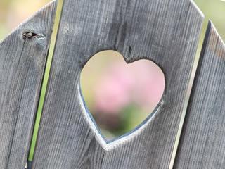 夫婦円満を象徴する柵に繰り抜かれたハートマーク