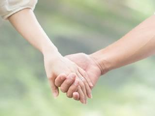 結婚してからも手を繋いで仲良くデートする夫婦