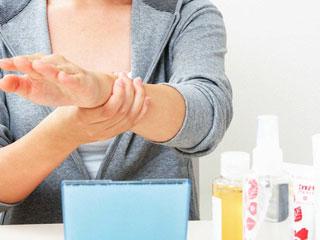 化粧水を並べて肌の手入れをしている女性