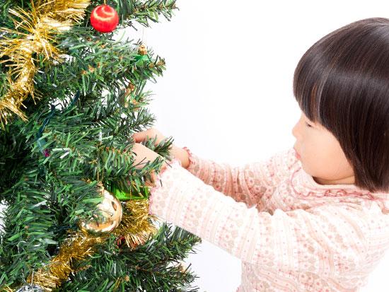 クリスマスツリーを飾り付ける女の子