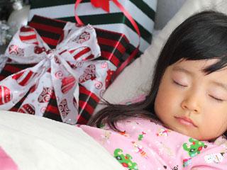 眠る子供の枕元にプレゼント