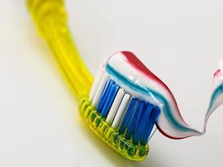 隅のホコリや汚れ落としに大活躍する歯ブラシ