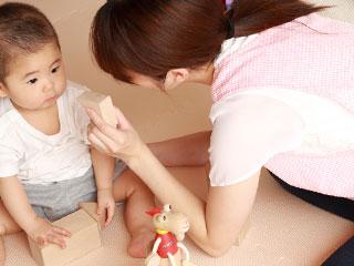 子供の世話をする保育士