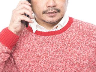 夫婦の悩みを電話相談する行き詰まった夫