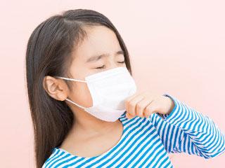 マスクをして咳をする子供