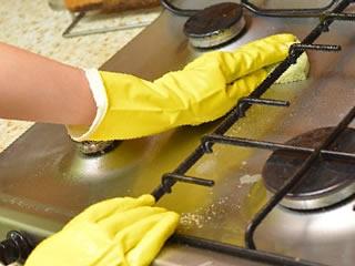 ソーダ水の効果が発揮できる油汚れの酷いキッチン