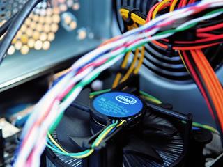 掃除する機会があまりないパソコン内部のファンや配線