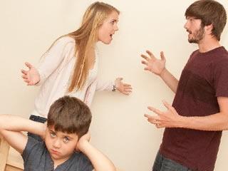 子供の前で夫と離婚について争う妻