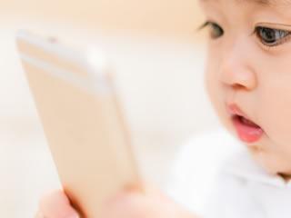 家計簿アプリで自分のミルク代を確かめる赤ちゃん
