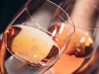 特別にシャンパンを飲み夫婦で祝う結婚記念日