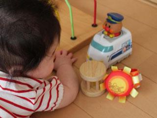 何種類かの玩具を見つめる赤ちゃん