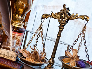 裁判を連想する金属製の天秤