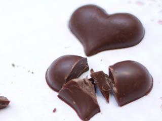 妻の気持ち同様に砕かれたハートのチョコレート