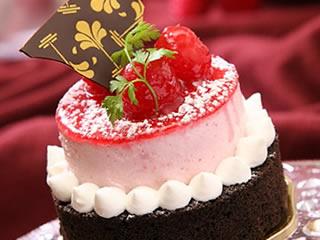 旦那が働いている時間に贅沢なケーキを食べる妻