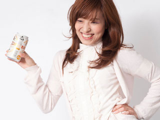 ビール缶を片手に笑顔の女性