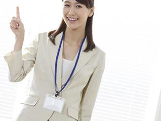 親権をとるポイントを説明する弁護士の女性
