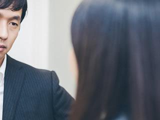 離婚について弁護士にアドバイスを受ける妻
