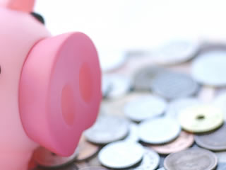 ブタの貯金箱と小銭貯金