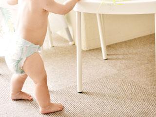 家具につかまって立つ赤ちゃん