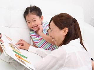 息子と一緒に絵本を読むシングルマザー