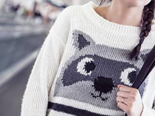 たぬきの柄が入った奇抜なセーター