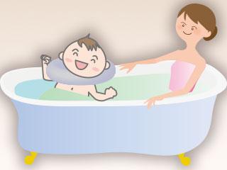 赤ちゃんと一緒に入浴する母親