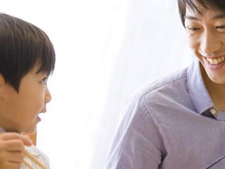 教育熱心な夫と一緒に学習する子供