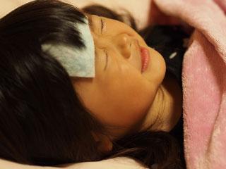 熱さましシートを貼って眠る女の子