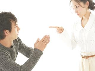 妻の指差し叱咤に許しを請う夫
