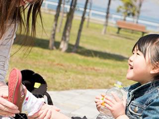 夫婦問題を悟られぬよう子供には笑顔で対応する女性