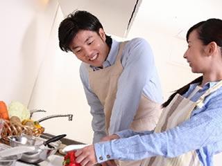 共働き夫婦が一緒に夕食作り