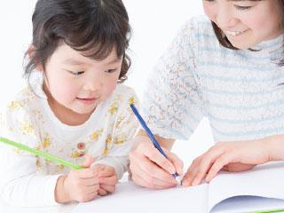 親子でノートに書き込む