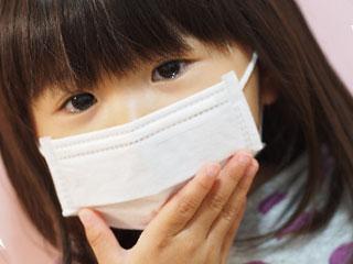 マスクをして苦しそうな女の子