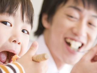 久々の再開で一緒にご飯を食べる親子