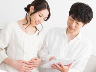 夫と会話する妊婦