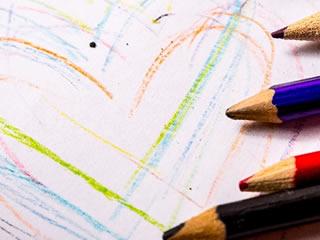 色鉛筆で表現された複数の愛