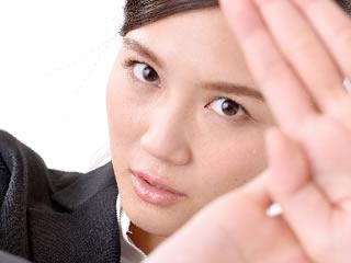 気に入らない夫に拒否を表明する女性