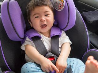 チャイルドシートに座る幼児