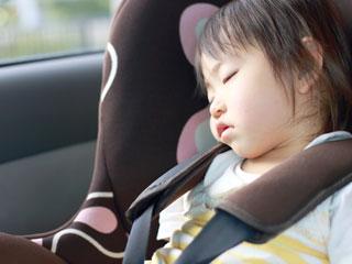 チャイルドシートで眠る幼児