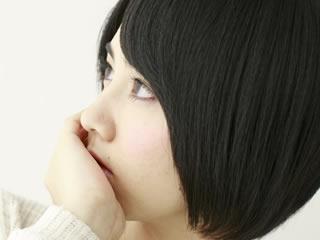 離婚慰謝料について考え込む女性