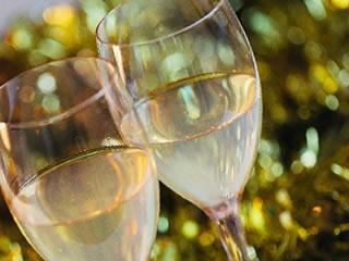 恋人に戻りシャンパンで乾杯する夫婦