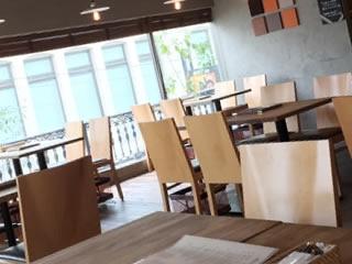 話し合いに適した環境の大きめのカフェ