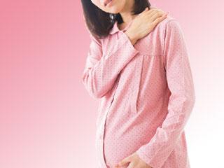 肩を揉む妊婦