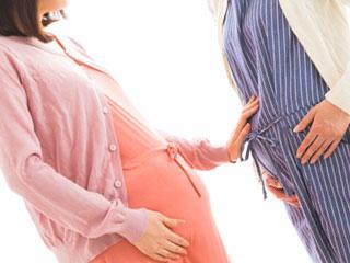 お互いの状態を確認する妊婦二人